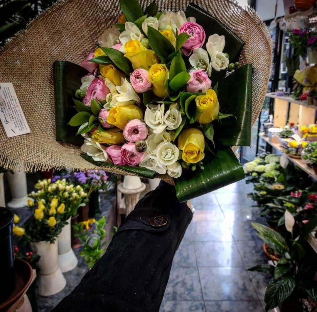 bouquet ranuncoli rose alstromeria